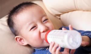Con uống nhiều sữa, em khổ tâm quá!