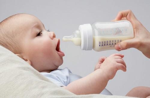 Mẹo pha sữa bột đúng cách cho trẻ