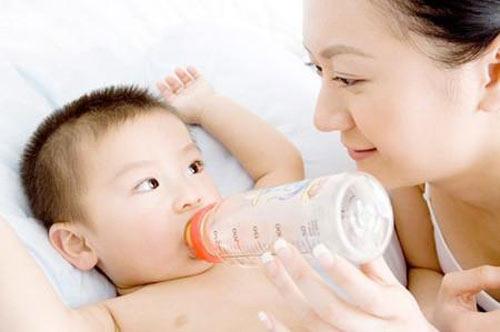 Lượng sữa bột chuẩn cho bé từng tháng tuổi