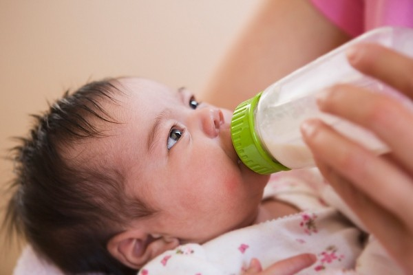 Dấu hiệu cần đổi sữa bột cho con