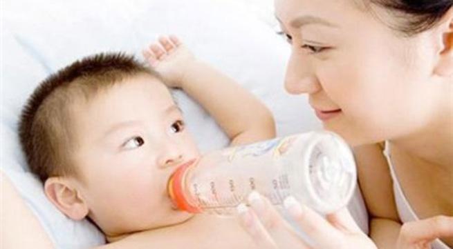 """Lưu ý """"sống còn"""" khi pha sữa bột cho con"""