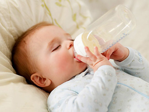 Cải thiện sự nôn ói ở trẻ khi trẻ uống sữa bột