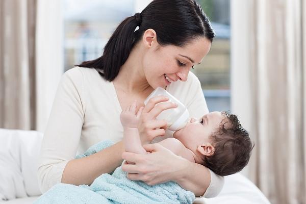 Hậu quả khi mẹ chọn sai số sữa cho bé sơ sinh
