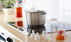 Chỉ cần tiệt trùng kĩ càng bình sữa và núm vú khi mới mua về. Các lần sau tráng nước sôi là đủ