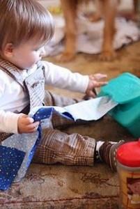 Hộp giấy, vải vụn... đều là những món đồ chơi hấp dẫn cho bé nghịch cả ngày