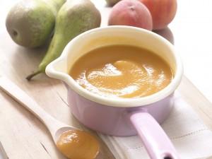Phương pháp cho trẻ ăn từ 0-1 tuổi khuyên mẹ nên bắt đầu cho con ăn dặm với trái cây hấp chín, nghiền nhuyễn