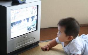 Thói quen xem tivi khiến trẻ chậm chạp, thụ động. Hãy tắt tivi khi có mặt bé