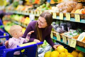 Trẻ khám phá thế giới màu sắc, mùi vị, hình khối trong các buổi shopping với mẹ