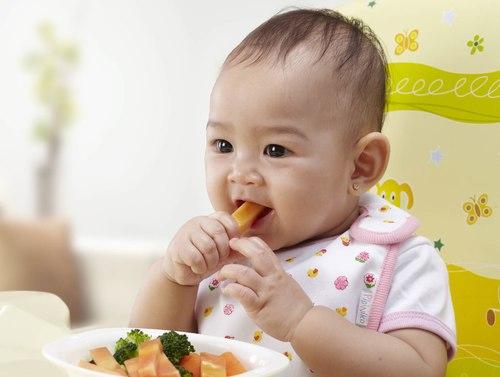 Nếu mẹ thấy con thích đưa các thứ vào mồm, có thể cứ động hàm nhịp nhàng, thời điểm cho bé ăn bốc đến rồi đấy. Bé sẽ rất thích thú với nhiệm vụ mới này