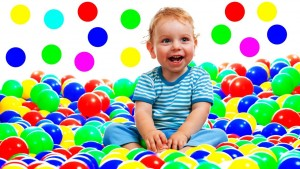 Dạy bé về màu sắc từ mọi đồ vật xung quanh. Bé nào cũng thích trò chơi tìm vật có màu sắc giống nhau