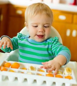 Chơi với thức ăn cũng là 1 biện pháp giúp bé ăn ngon miệng- hay còn gọi là phương pháp ăn tự chỉ huy đang được các mẹ mách nhau áp dụng
