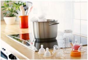 Tiệt trùng bình sữa bằng cách luộc bình sữa trong nồi nước sôi trước lần sử dụng đầu tiên
